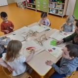 Przedszkolaki robią ekologiczną siatkę na zakupy